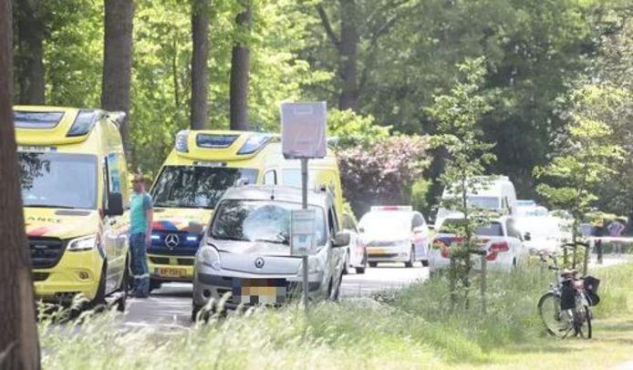 Hulpdiensten ter plaatse na een ongeval waarbij een fietser hard is geschept door een automobilist. In de voorruit van de auto zit de deuk die de vrouw achterliet nadat zij werd geschept.