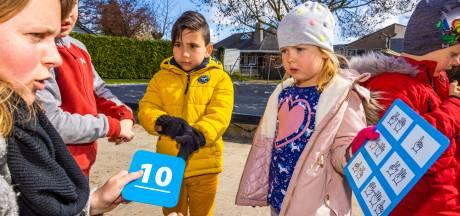 Trappelen van ongeduld om op het schoolplein te leren rekenen