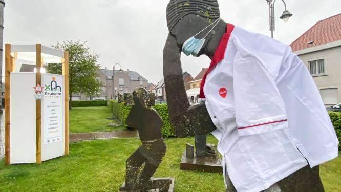 Standbeelden met verpleeguniform om inzet van zorgwerkers in de verf te zetten