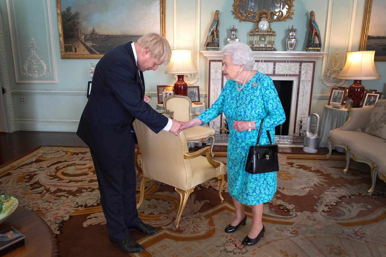 Koningin Elizabeth II ontvangt Boris Johnson nadat deze is gekozen als leider van de Conservatieven in juli.  Beeld Getty Images