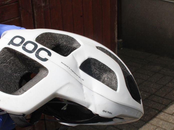 De beschadigde helm van de Nijmeegse wielrenner die in Emmerich ten val kwam.