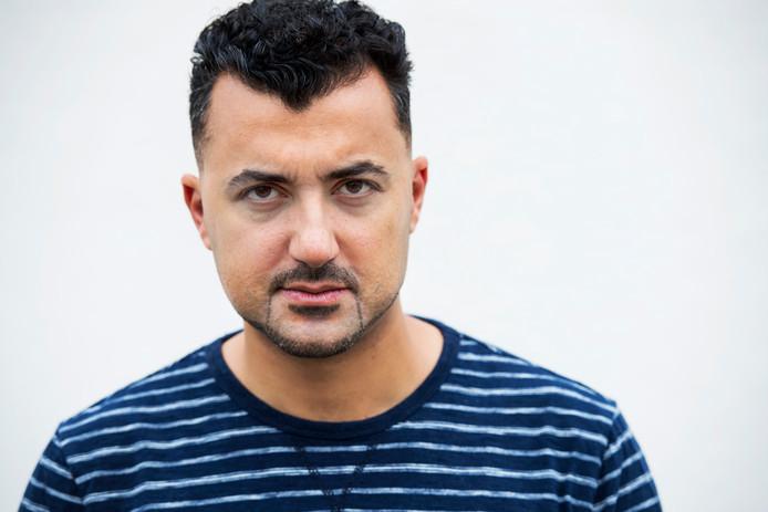 Een 31-jarige man uit Amersfoort die wordt verdacht van het beledigen en belagen van schrijver en columnist Özcan Akyol kwam vandaag voor de politierechter.