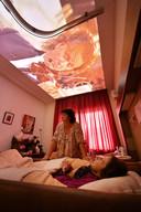 TT-2019-013552 - Enschede verpleeghuis Bruggerbosch - Roelie Rotgerink, vrouw in diepste fase van dementie. zowel haar in haar eentje in de kamer, als met een verzorgster die zich over haar ontfermd. editie alle            Foto Carlo ter Ellen DTCT CTE20191001