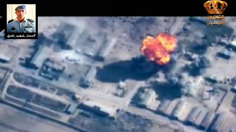 Een beeld van de Jordaanse televisie waarop bombardementen op IS-doelen worden getoond als vergelding voor de dood van de piloot