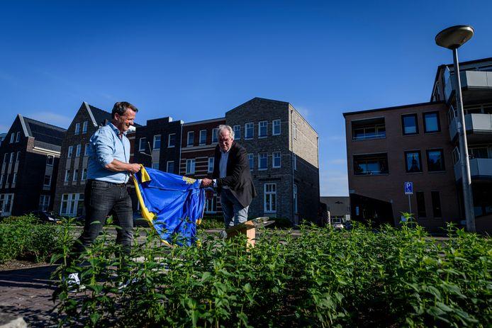 TT-2021-9757 De bloemenstrook werd onthuld door Erwin Iepma (links) en Leon Lulofs , plaatsvervangend voorzitter van de gemeenteraad.