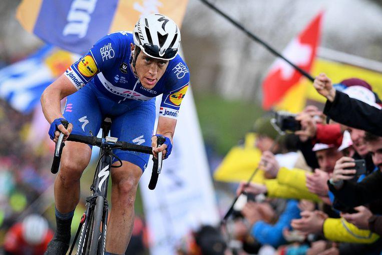 Op weg naar de overwinning in de Ronde van Vlaanderen: Niki Terpstra in actie op de Paterberg. Beeld BELGA