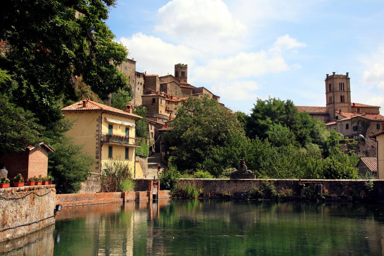 Santa Fiora in Toscane is een van de dorpen waarvan het gemeentebestuur met subsidies nieuw bloed lokt.  Beeld REDA&CO/Universal Images Group v