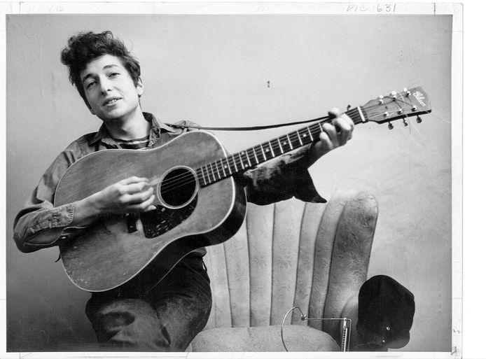 Bob Dylan poseert in 1961 met zijn Gibson gitaar.  Foto: Michael Ochs Archives/Getty Images
