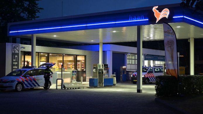 Agenten doen onderzoek kort na de gewapende overval van De Haan aan de Beneluxlaan in Tilburg.