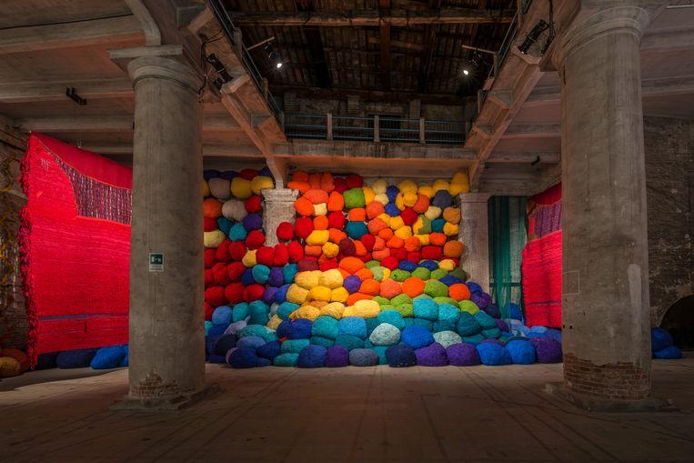 De Amerikaanse Sheila Hicks heeft een muur bedekt met immense gekleurde sculpturen van stof. FOTO ANDRES AVEZZÙ Beeld TRBEELD