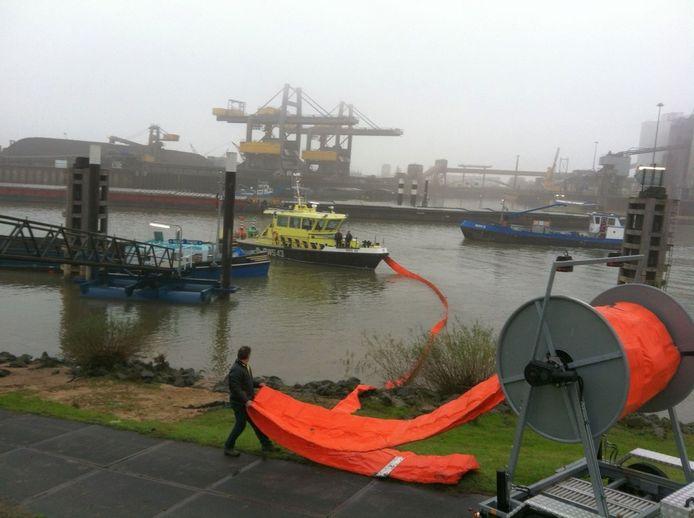 Oliescherm moet zorgen dat er geen vervuiling uit het schip op de Waal komt. Foto: Peter Deurloo/DG