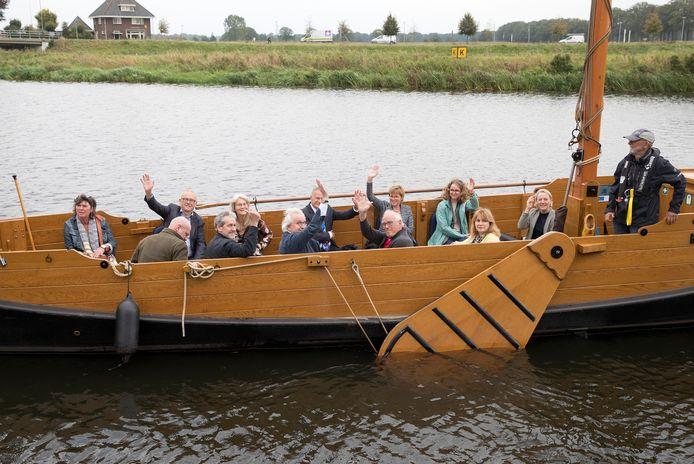Burgemeesters aan boord van de Vechtzomp bij Dalfsen. Ze waren uitgenodigd door de Dalfser PvdA-burgemeester Erica van lente. Zij zit links van de mast.
