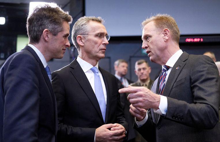De Brits defensieminister Gavin Williamson, Jens Stoltenberg, secretaris-generaal van de Navo Jens Stoltenberg en waarnemend defensieminister Patrick Shanahan van de VS tijdens een overleg in het Navo-hoofdkwartier in Brussel, donderdag.  Beeld EPA