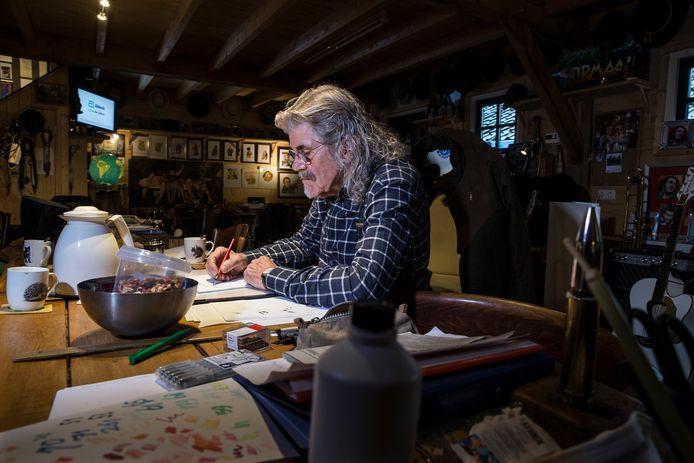 Bennie Jolink is druk aan het schrijven in zijn mancave.