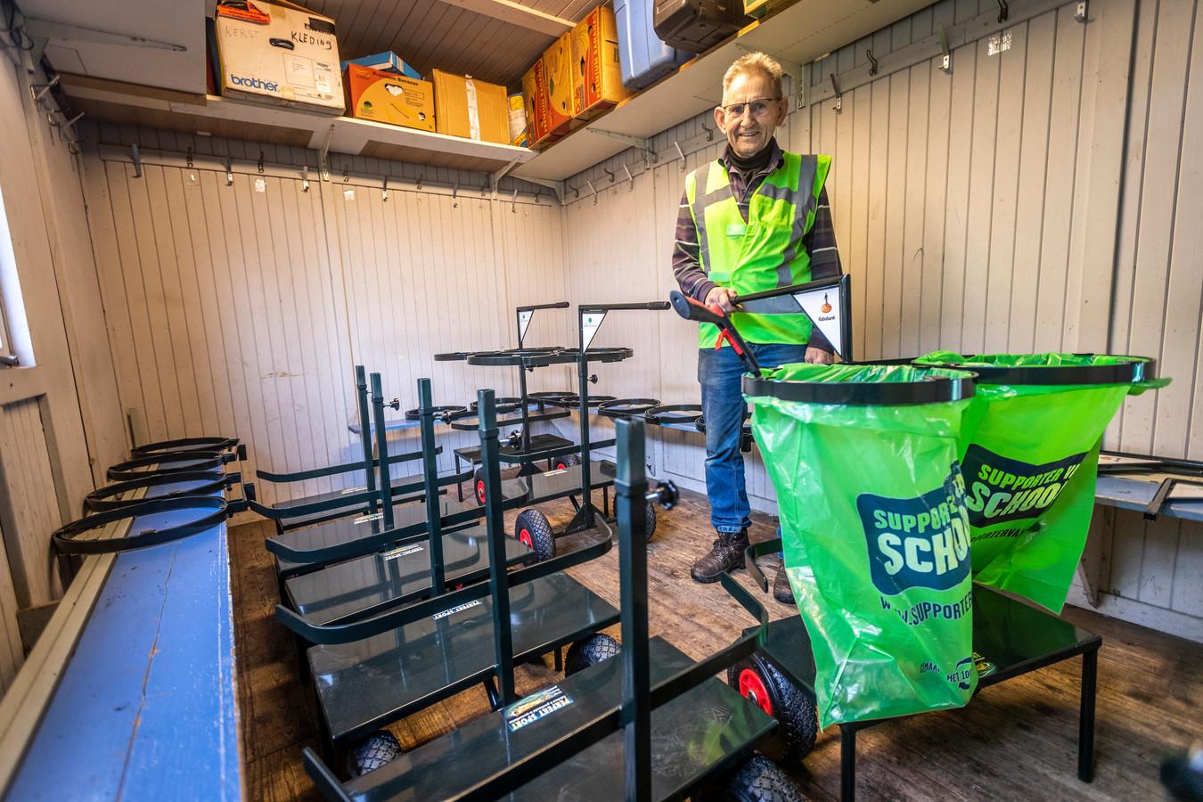 Piet Michiels bij de karren in Reusel die zijn geschonken door de gemeente en de Rabobank om vrijwilligers zwerfafval op te laten ruimen in de gemeente.