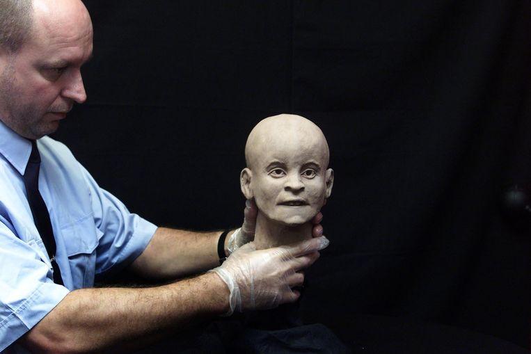Oktober 2001: De politie presenteert een reconstructie van het meisje van Nulde. Beeld ANP