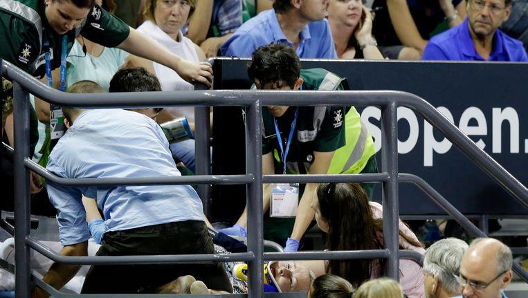 Bij een 4-3 stand in de eerste set, viel een toeschouwer van de tribunes in de Rod Laver Arena Beeld AP