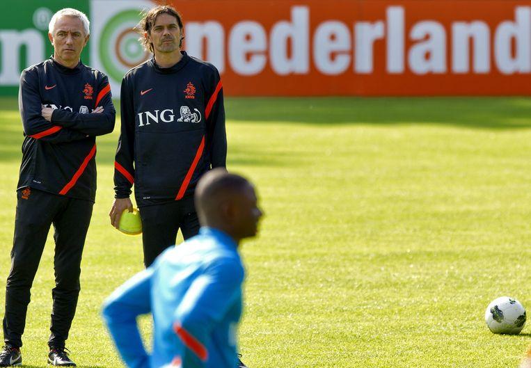 Phillip Cocu naast Bert van Marwijk op de training van Oranje. Beeld ANP