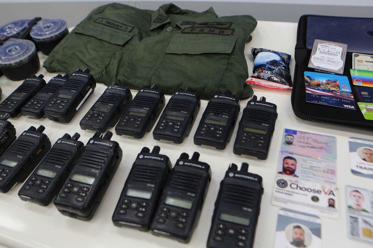 Een foto die door de Venezolaans autoriteiten werd vrijgegeven met daarop identiteitskaarten, communicatie-apparatuur, pinpassen en een legeruniform. (04/05/2020) Beeld EPA