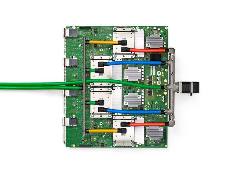 Een 'pod' bestaande uit vier TPU-chips van Google Beeld Google