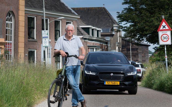 Roel ter Brugge op de Merwededijk. ,,We maken ons serieus zorgen om de verkeersveiligheid voor fietsers en voetgangers.''