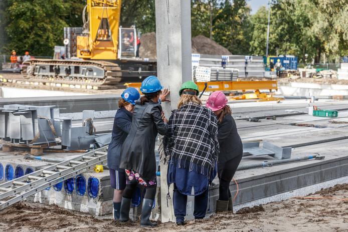 Inmiddels oud-burgemeester Heleen van Rijnbach plaatste in oktober 2017 een betonnen paal bij de start van de bouw van de nieuwe brede school Sonate.