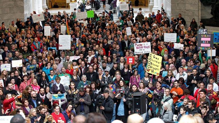 Voorstanders van het homohuwelijk verzamelden gisteren in het parlementsgebouw in Utah om een petitie met 58.000 handtekeningen aan te bieden. Beeld AP