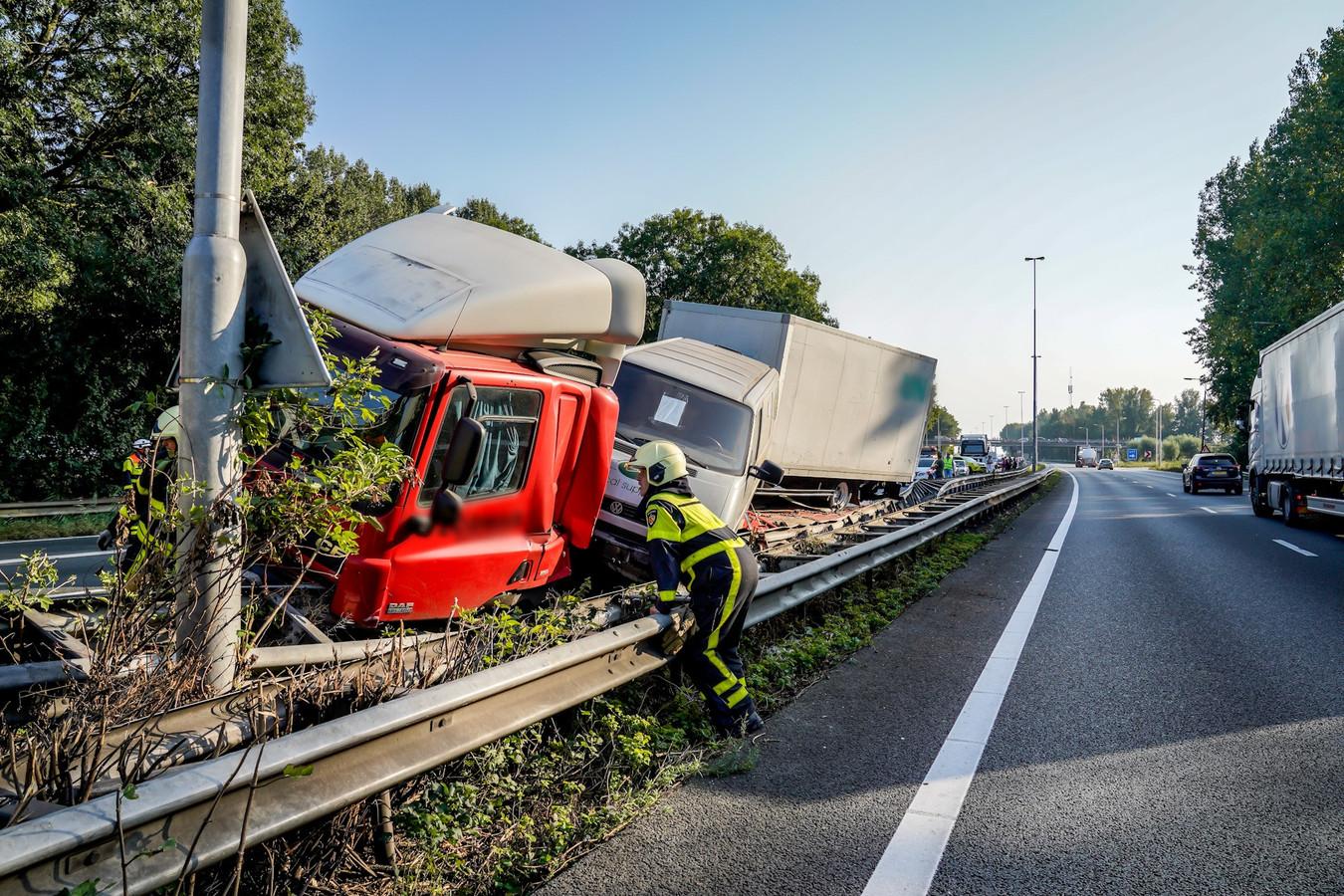 De vrachtwagen belandde in de vangrail van de A27.