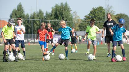 Kinderen spijkeren technieken bij op voetbalstage