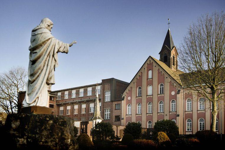 De Sint-Ignatius-school in Overijse. Rozenhoedjes, ochtendgebeden en missen maken deel uit van het vaste lessenrooster. Anticonceptie en abortus zijn des duivels. Beeld Eric de Mildt