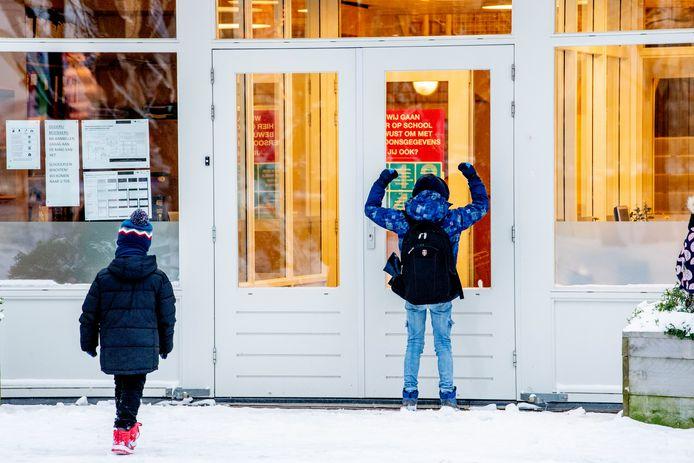Veel scholen in Twente bleven maandag dicht vanwege de voorspelde ijzel die niet kwam.