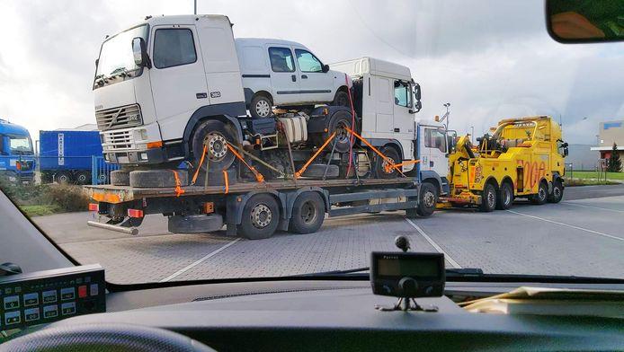 De vrachtwagen was geladen met twee andere vrachtwagens, een auto en wat onderdelen. Na de tussenkomst van de politie werd het voertuig getakeld.