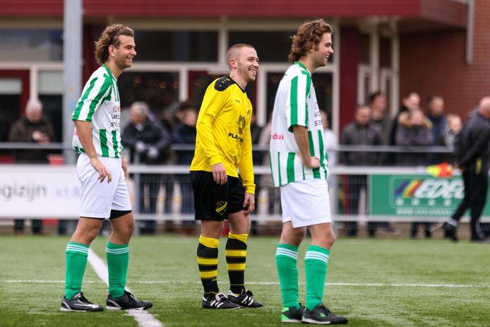 De spelers van FC Oldemarkt kunnen weer lachen nu ze weten dat trainer Theo Los nog een jaar blijft.