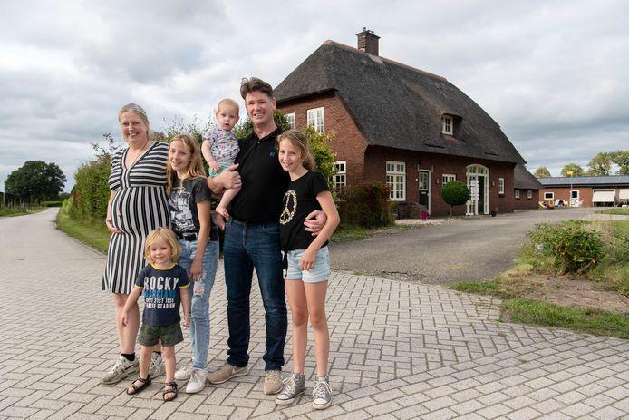 Remco en Diana van Amersfoort zijn een jaar geleden met hun vier kinderen vanuit Leidschendam naar Ambt Delden verhuisd.