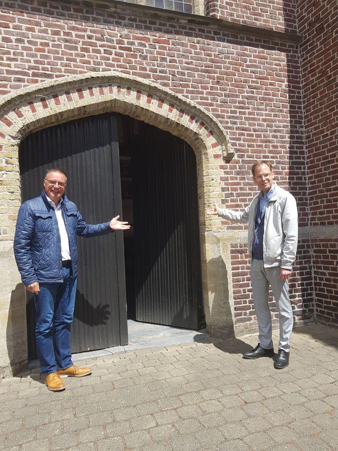 Prister Bart Malfait en diaken Danny Vandenbroucke bij de Sint-Amanduskerk van Wingene