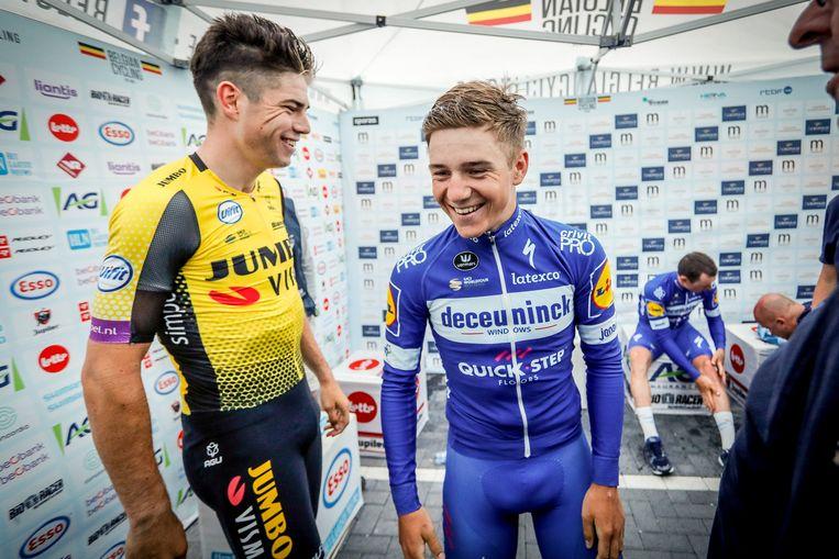Lachende gezichten bij Van Aert en Remco Evenepoel, de bronzen medaille. Beeld Photo News