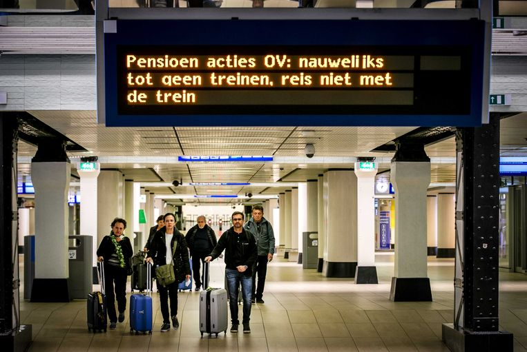 Reizigers op Amsterdam Centraal Beeld ANP