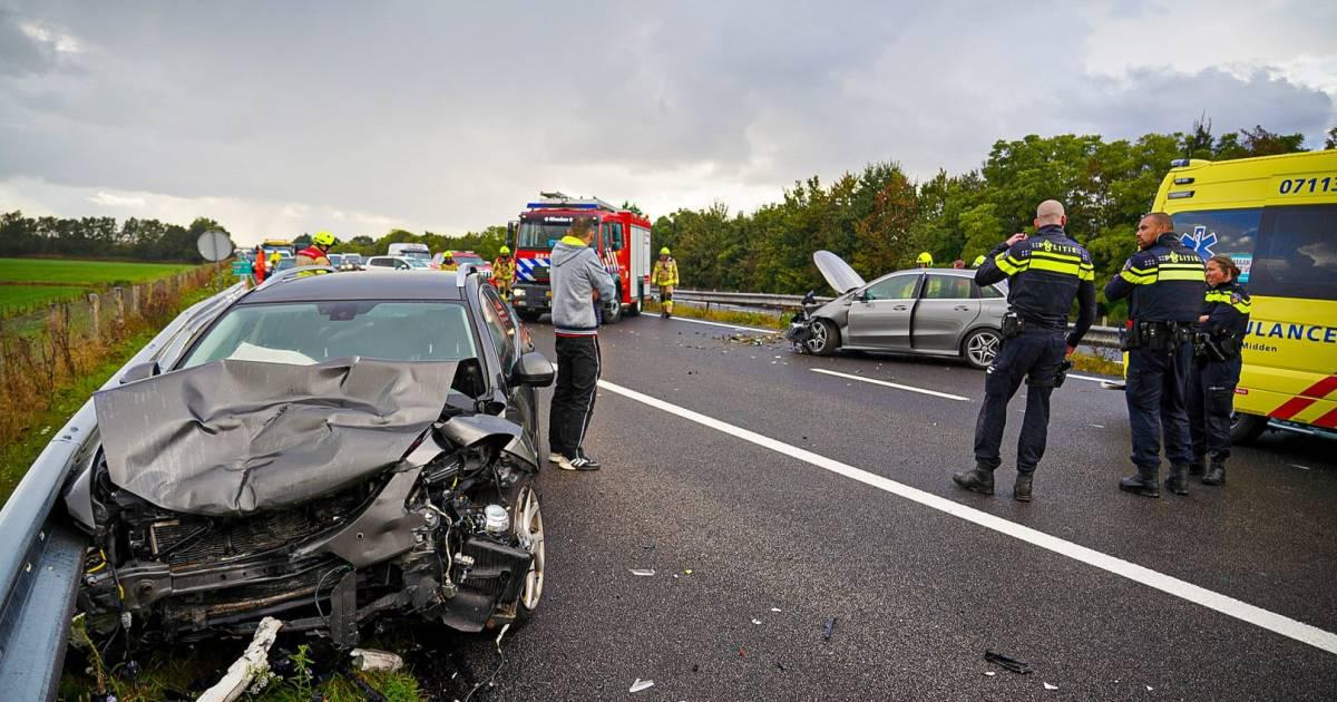 Snelweg A348 uur dicht na zware aanrijding bij Ellecom, bestuurder raakt gewond.