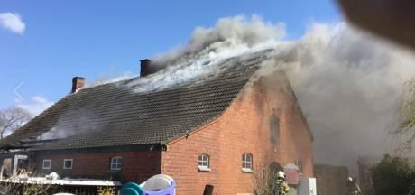 Grote brand in woondeel van boerderij in Achtmaal onder controle, huis is flink beschadigd