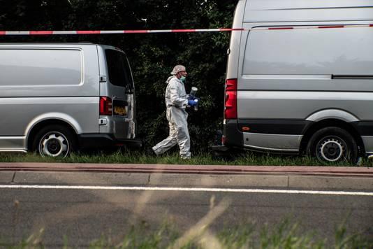 De technische recherche onderzoekt de bosjes waar het Poolse slachtoffer is aangetroffen.