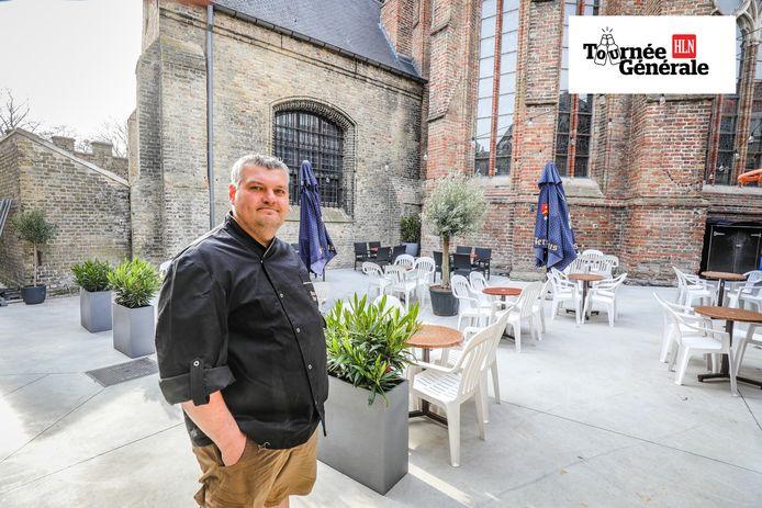 Yvan Devinck van brasserie Excelsior toont zijn nieuwe terras, pal naast de Sint-Walburgakerk.