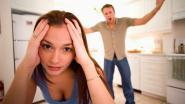 Man sleurt partner door de living