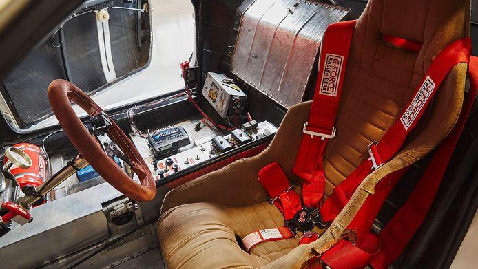 Het interieur van de Lancia Montecarlo Turbo.