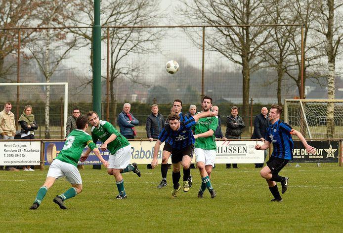 Bram Dekkers (tweede van rechts) in actie voor Vessem tegen FC Cranendonck.