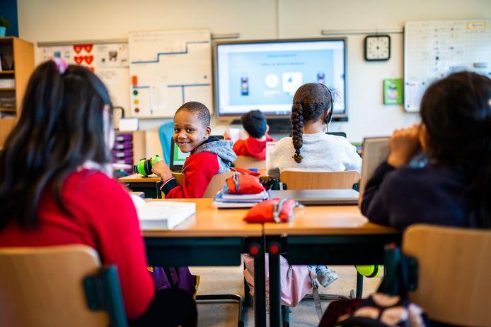 Op de Monchyschool in Arnhem zitten alle leerlingen in de noodopvang. Zo wil de school nieuwe leerachterstanden tegengaan.