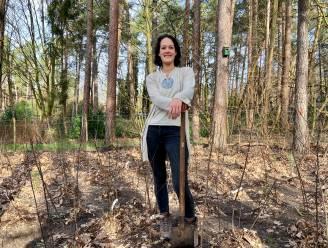 """Woonecoloog Lisa plant eerste particuliere 'Tiny Forest' van ons land in haar achtertuin: """"Anderen stimuleren om aan bosherstel te doen"""""""