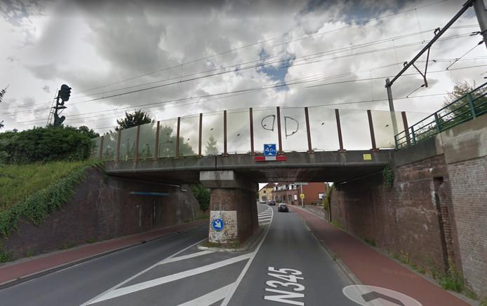 Het viaduct bij de Oude IJsselbrug aan de kant van de Hoven. Woensdagavond reed een vrachtwagen tegen het viaduct en legde daarmee het treinverkeer tweeënhalf uur plat.