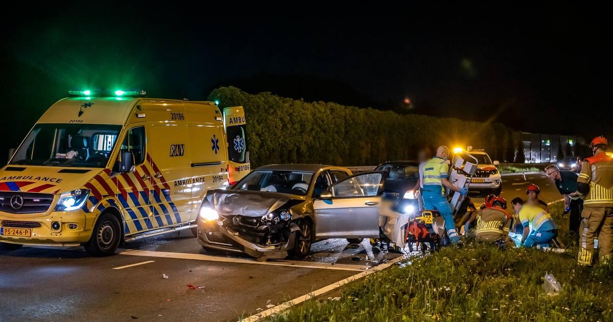 Vijf gewonden bij ongeluk Burgemeester Letschertweg in Tilburg, traumahelikopter landt.