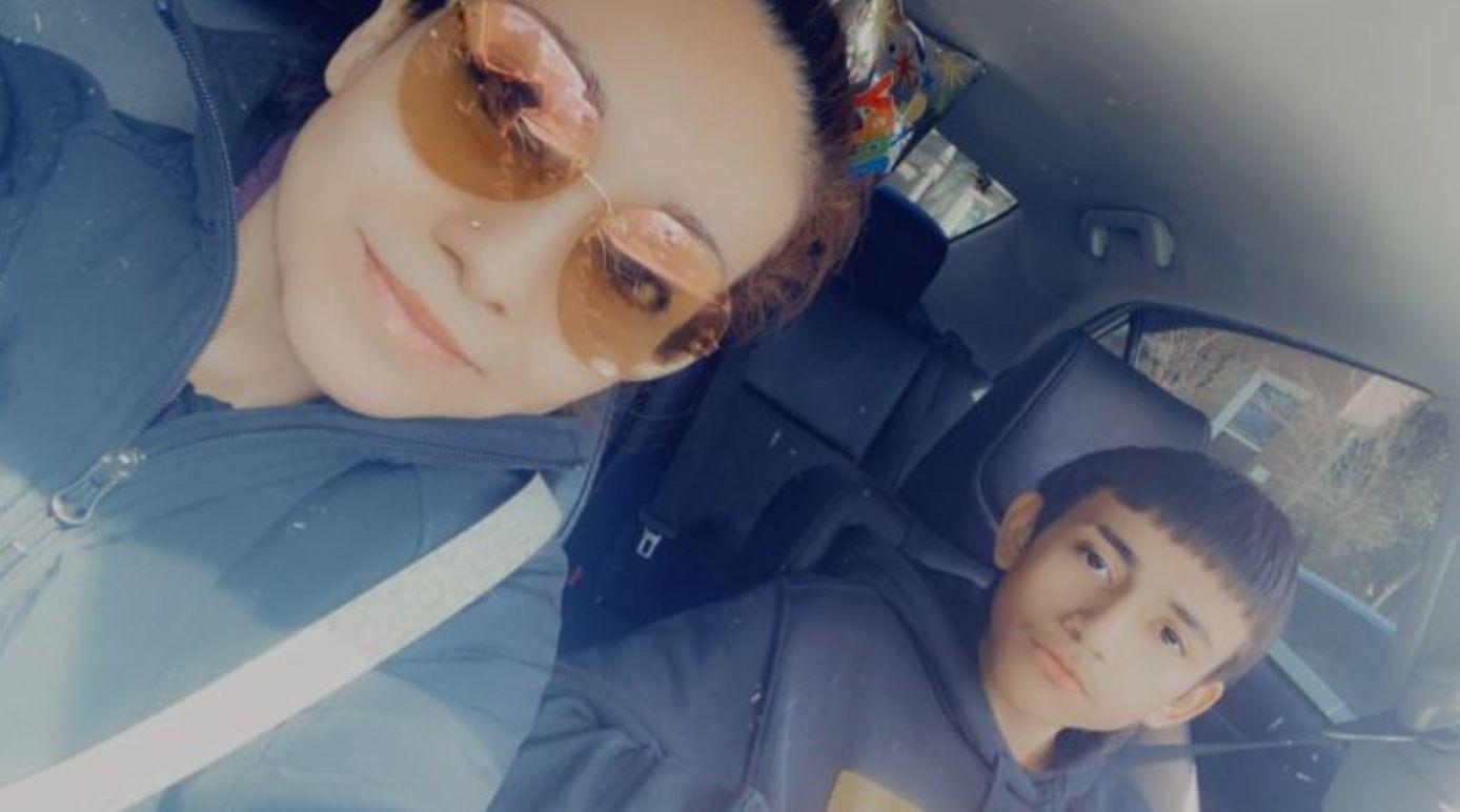 Elizabeth Toledo en haar dertienjarige zoon Adam, die is doodgeschoten door de politie van Chicago