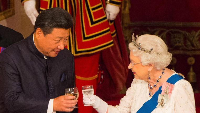 De Britse koningin Elizabeth en Xi Jinping proosten tijdens het staatsbezoek van de Chinese president aan het Verenigd Koninkrijk Beeld ap